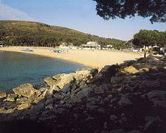 vista de la platja amb el restaurant de l'hotel davant/sightseeing from the beach facing Can Miquel's restaurant