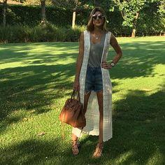Look Maria Rudge com colete de tricot para o verão.