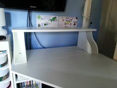 Additional shelf for a desk made with Ikea Knuff magazine files. I attached the files to the board using a staple gun and painted all in a white satin paint. Art Storage, Small Space Storage, Ikea Hacks, Cool Diy, Easy Diy, Magazine Files, Savings Planner, Magazine Holders, New Room