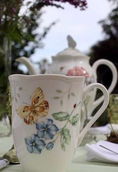 My tea cup! I didn't know there was a matching teapot! Coffee Cups, Tea Cups, Teapots And Cups, China Painting, My Cup Of Tea, Chocolate Pots, China Patterns, Drinking Tea, Tea Time