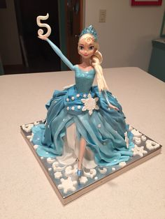 My Elsa walking doll cake, inspired by  http://laceyjakescakes.blogspot.fr/2014/10/elsa-doll-cake-tutorial.html?m=1