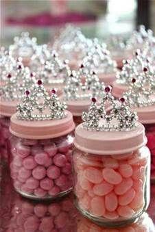 Een DIY traktatie potje voor prinsessen! Koop potjes, roze spuitverf, kleine kroontjes en ga aan de slag!