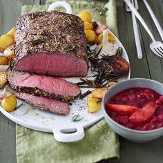 Butterweiches Fleisch mit einer würzigen Haube aus Senf und Rosmarin. Perfekt kombiniert mit einer fruchtigen Cranberry-Orangen-Sauce.