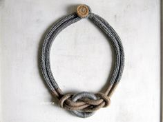 Collier plastron avec noeud. Collier laine gris chiné et marron noisette. Couleurs neutres.