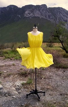 Pleated chiffon yellow dress, with round neck and circular skirt. By Dafhtne Paz