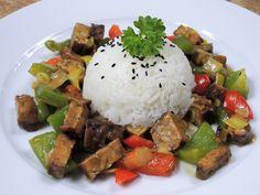 Super rychlý, super barevný a super dobrý vegetariánský recept z uzeného tempehu, barevných paprik a pórku, lehce pikantní, podávaný s voňavou rýží.