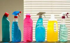 LIMPADORES MULTIUSO :  1 litro de água morna, 1 colher (sopa) de vinagre, 1 colher (sopa) de sal amoníaco,  1 colher (sopa) de bicarbonato de sódio, 1 colher (sopa) de sumo de limão, 2 colheres (sopa) de detergente de pia, essência a gosto