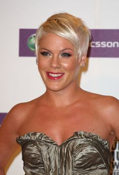 They can carry pixie haircut with unique and trendy styles to make her haircut different from others. Here are some best 25 Great Pixie Haircuts. Must watch them, these haircuts. Popular Short Hairstyles, Pixie Hairstyles, Hairstyles With Bangs, Pretty Hairstyles, Singer Pink Hairstyles, Modern Hairstyles, Pixie Haircuts, Pink Short Hair, Short Hair Cuts