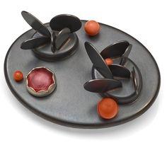 Angela Bubash es una joyera estadounidense que trabaja muchas de sus piezas con vidrio.  http://www.objetosconvidrio.com/blog/angela-bubash  http://angelabubash.com/home.html