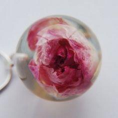 Collares flores en esfera transparente
