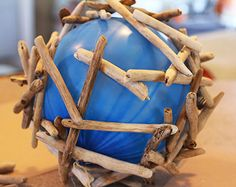 How to Make a Driftwood Ball Very simple tutorial for making a Driftwood Ball or Driftwood Orb. Materials Needed: Hot glue gun Glue or more driftwood piecesBalloon or beachball. Driftwood Furniture, Driftwood Lamp, Driftwood Projects, Diy Projects, Beach Crafts, Diy Home Crafts, Beach Wood, Creation Deco, Frame Crafts
