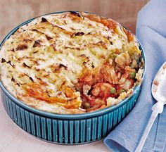Fish pie with pea mash topping - Healthy Food Guide Healthy Pie Recipes, Gf Recipes, Dinner Recipes, Cooking Recipes, Healthy Comfort Food, Healthy Eating, Healthy Food, Shellfish Recipes, Seafood Recipes