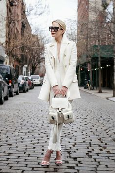 25 Winter White Outfits to Try - feminine winter coat, white backpack with tassels + white heels // Atlantic Pacific Estilo Blogger, Winter Office Outfit, Office Outfits, Office Wear, White Fashion, Look Fashion, Womens Fashion, Net Fashion, Fashion Fall