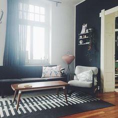 Was für ein Wetter. Da hilft es nur, es sich zu Hause gemütlich zu machen. Habt noch einen schönen Montag #interior #interiør #inspo #interiorinspo #interior4all #myhome #vintage #livingroom #stringshelf #urbanara #blackwall #altbauliebe #design #myhome