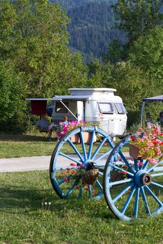 Camping Sites et Paysages de France European Holidays, European Tour, Camping Nature, Retro Camping, Rv Living, France Travel, Happy Campers, Campsite, Tiny Houses