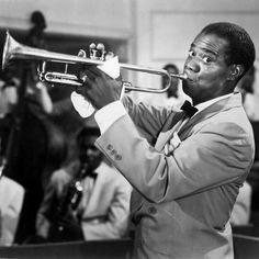 Louis Armstrong  http://webstage.bg/kino-i-muzika/3325-vsichkata-muzika-e-narodna-muzika-ne-sam-chuval-nikoga-kon-da-pee-pesen-luis-armstrong.html