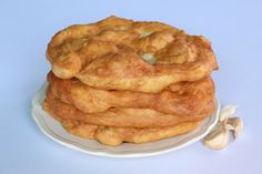 Gyors lángos - my fav with garlic, it's like indian bread Hungarian Cuisine, Hungarian Recipes, Hungarian Food, Tortilla Bread, Good Food, Yummy Food, Middle Eastern Recipes, Bread Recipes, Food And Drink