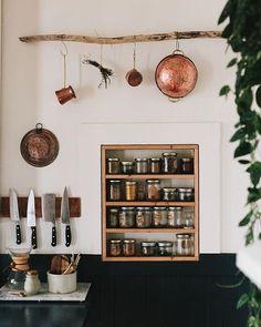 名為「Mauviel 1830」的廚具品牌,於 1830 年在法國諾曼地,有「銅之城」美名的 Villedieu-les-Poêles 創立,至今已擁有 185 年歷史。當中的經典銅鍋,宛如古典歐洲的藝術品,每一只都由職人精煉手工打造,展現傳承百年的經典品味,是料理愛好者心目中的夢幻逸品。 搭配黃銅手把,以手工焊接的技藝確保鍋具的使用年限,把手背後 Mauviel 1830 的字樣展現傳承百年的經典工藝。看著銅鍋隨著使用留下另人留戀的歲月足跡,不只美在它微微變化的斑駁色彩,更美在它滿滿如濃湯般濃郁的故事。
