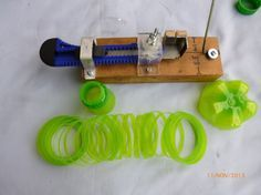 Fileteadora Pet Ajustable Paso a paso ~ I didn't turn on my speakers. Overall this is by far the BEST set up jig for cutting plastic bottles into threads of various sizes. Plastic Bottle Cutter, Plastic Bottle Crafts, Recycle Plastic Bottles, Recycled Bottles, Recycled Crafts, Diy And Crafts, Homemade Tools, Pet Bottle, Diy Projects