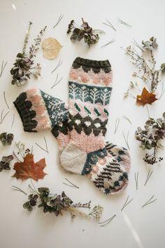 Ohje on julkaistu päivä kerrallaan blogissa syksyllä 2016. Päivä 1 Oi oi oi, tervetuloa mukaan, vihdoin tai taas, neulomaan blogini nimikkovuodenaikasukkia! Tämä olkoon satunnainen perinne ja ilahd… Knitting Designs, Knitting Patterns Free, Free Knitting, Knitting Projects, Crochet Patterns, Fabric Yarn, Knitting Socks, Knit Socks, Handicraft
