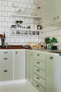 It is easier than you think to take your kitchen from builder grade to gorgeous on a budget! These kitchen makeover secrets will save you money and give you great ideas! Kitchen Interior, New Kitchen, Kitchen Dining, Kitchen Decor, Kitchen Cabinets, Stylish Kitchen, Vintage Industrial Decor, Cheap Home Decor, Home Kitchens