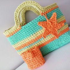 18 Ideias para Você Fazer Bolsas de Crochê Crochet Beach Bags, Love Crochet, Learn To Crochet, Crochet Flower Headbands, Crochet Flowers, Crochet Designs, Crochet Patterns, Crochet Purses, Mini Purse