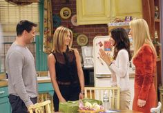 Jennifer Aniston, Courteney Cox, Lisa Kudrow, and Matt LeBlanc in Friends Serie Friends, Friends Tv Show, Friends Season 8, Friends Episodes, Pulled Back Hairstyles, Sleek Hairstyles, Cut And Style, Her Style, 90s Style