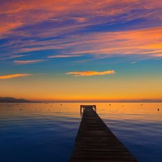 Este é o pôr do sol em Alcúdia na Espanha. Belíssimo mas acreditamos que aqui no Brasil tem ainda mais bonito. Pra provar esse ponto vamos precisar da ajuda de vocês. Tirem fotos dos pores do sol mais lindos desse brasilzão e marquem com as hashtags #ViNoCatraca e #CatracaLivre. (: LUNAMARINA/iStock)