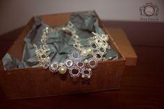 Tiara D'Cris Feita em fio de metal prata, com pérolas e Cristai