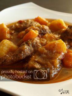 Reteta de gulyas de vita Beef Recipes, Cooking Recipes, Healthy Recipes, Simple Recipes, European Dishes, Bread Soup, Hungarian Recipes, Romanian Recipes, Romanian Desserts