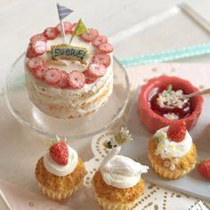 いちごソースとカップケーキの一つには小花がちらちらーとのっています。 #ミニチュアフード#ミニチュア#ドールハウス#ハンドメイド#樹脂粘土#食品サンプル#カップケーキ#ネイキッドケーキ#miniaturefood #miniature#dollhouse #polymerclay #cupcake #clay #handmade
