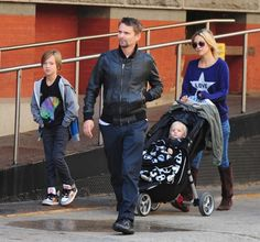 Kate Hudson and Matthew Bellamy walk with children Bingham Hawn Bellamy and Ryder Russell Robinson in New York City. Bill Hudson, Kate Hudson, Happily Single, Dad Pictures, Matthew Bellamy, Old Actress, Rolling Stones, Rock And Roll, Dads