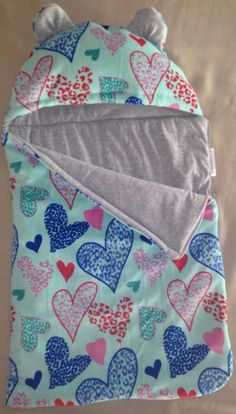 porta infant muy práctico, y se hace manta! Baby Set, Love Sewing, Sewing For Kids, Baby Sewing Projects, Baby Store, Baby Crafts, Sleeping Bag, Kids And Parenting, Baby Dress