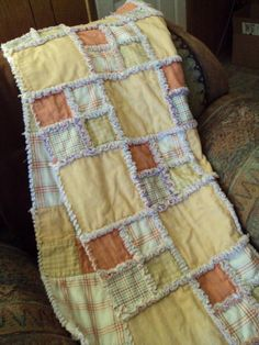 Love rag quilts - I've made these before but it would be fun to add patchwork squares Patchwork Quilting, Quilting Tips, Quilting Projects, Sewing Projects, Sewing Ideas, Fabric Crafts, Sewing Crafts, Rag Quilt Patterns, Pattern Fabric