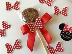 Pirulito medio de chocolate com tag e laço de cetim .