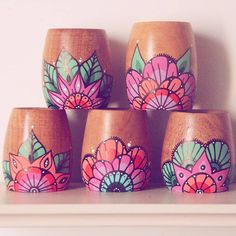 Painted Flower Pots, Painted Pots, Glass Bottle Crafts, Bottle Art, Flower Pot Design, Pottery Painting Designs, Diy Painting, Ceramic Painting, Clay Pot Crafts