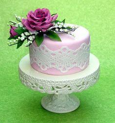 Maiglöckchen, Rosen und Spitze: ein femininer Geburtstagsgruß