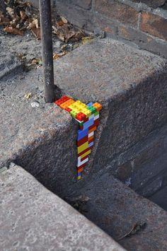Lego Patchwork - Installation Art by Jan Vormann Banksy Graffiti, Street Art Graffiti, Land Art, Deco Lego, Arte Peculiar, Amazing Street Art, Kintsugi, Childhood Toys, Outdoor Art