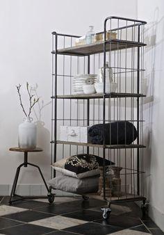 Ihr habt zwar kein Loft aber wollt auf den coolen Industrie-Charme nicht verzichten? Dann ist dieses Regal genau das Richtige für euch! Die Kombination aus verschiedenen Materialien, wie Holz und Metall verleihen dem Möbel seinen einzigartigen Look.