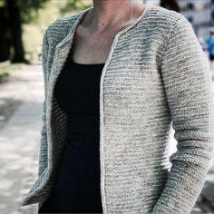 Kort, taljeret jakke strikket i tre farver, der giver et smukt meleret udtryk. Det er jakken der går godt til det hele - både bukser, nederdel og...