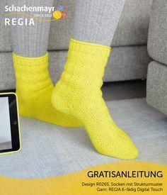 Bei diesen leuchtenden Socken aus #REGIA 6-fädig Digital Touch ist sogar das Strukturmuster digital inspiriert. Es entsteht aus rechten und linken Maschen und bildet im Prinzip einen Binärcode.