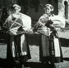 still liveing these ladies Mother And Child, Vintage Pictures, Baby Wearing, Folklore, Traditional Outfits, Culture, Costumes, History, Lady