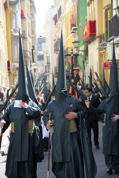 Nazarenos de la Hermandad del Sol