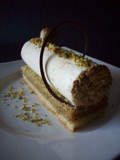 BISCUIT SABLE - CREMEUX AMANDE/PISTACHE MOUSSE AU CHOCOLAT BLANC Pour 8 - 10 desserts BISCUIT SABLE Ingrédients : 1 gousse de vanille 100g de sucre 200g de farine 200g de beurre demi sel Préparation : Fendez la gousse, grattez les grains et mélangez avec...