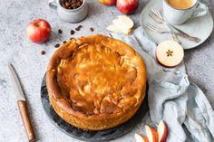 Rezept für einen saftigen Apfel-Quark-Kuchen mit Grieß. Ein fruchtiger Käsekuchen ohne Boden nach einem einfachen und gelingsicherem Familienrezept. Der Kuchen bleibt nach dem Backen sehr lange frisch und saftig. #backen #kuchen #Käsekuchen #Thermomix #Quark #Apfelkuchen #Herbst Cakes And More, Camembert Cheese, Pancakes, Food And Drink, Pie, Breakfast, Desserts, Pasta With Tuna, Bakken