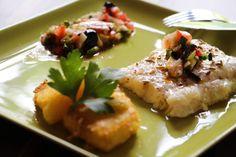 Une recette iodée , ça change ! pour 4 personnes : 600 g de filet de Loup ou Bar 1 c à soupe de graines de fenouil huile d'olive 1 tomate 1 courgette 1 fenouil 1 citron non traité 10 olives noires 1 gousse d'ail 2 branches de persil 250 g de polenta 1...