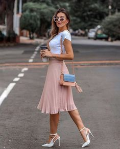 Midi skirt is quite a popular piece lately. That's why we've put together the most awesome midi skirt outfits with different outfit styles. Classy Outfits, Chic Outfits, Trendy Outfits, Fashion Outfits, Womens Fashion, Trendy Dresses, Summer Outfits, Pleated Skirt Outfit, Skirt Outfits