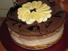 Reteta culinara Tort cu mousse caramel, banane si ciocolata din categoria Torturi. Specific Romania. Cum sa faci Tort cu mousse caramel, banane si ciocolata