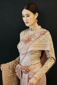 สวยงามค่ะ Thai Traditional Dress, Traditional Wedding Dresses, Traditional Fashion, Traditional Outfits, Thailand National Costume, Thai Wedding Dress, Thai Fashion, Culture Clothing, Thai Dress