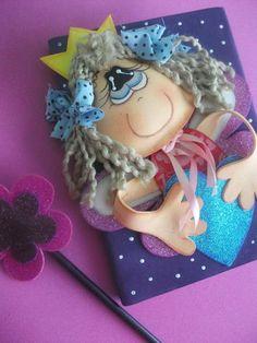 Caderno pequeno tipo brochura, 100fls decorado em EVA, com carinha com enchimento e cabelo de lã. Acompanha lápis com ponteira que fica encaixada no bolsinho da capa. R$ 35,00